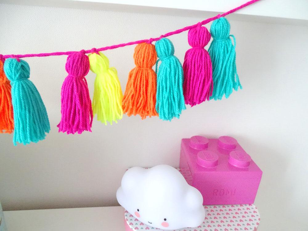 Kinderzimmer Tassel Girlande selbermachen mit neon Wolle