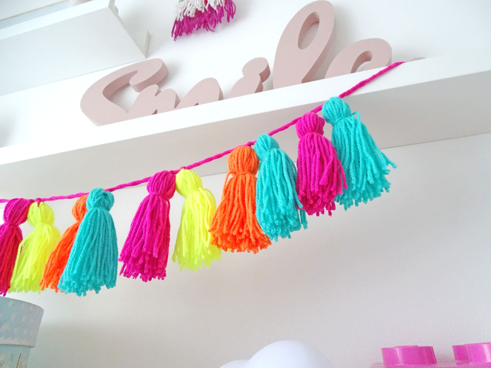 diese neonfarbene tassel girlande peppt dein zimmer auf dezentpink diy ideen f r kinder. Black Bedroom Furniture Sets. Home Design Ideas