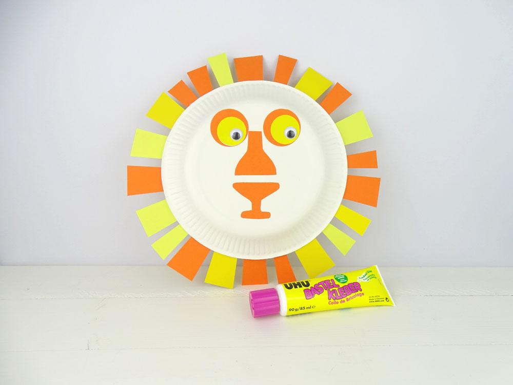 Tiermaske aus Pappteller basteln - Löwe mit Bastel Kleber