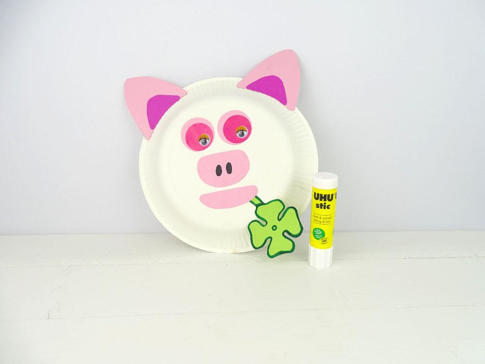 Tiermaske aus Pappteller basteln - Schwein mit Stic