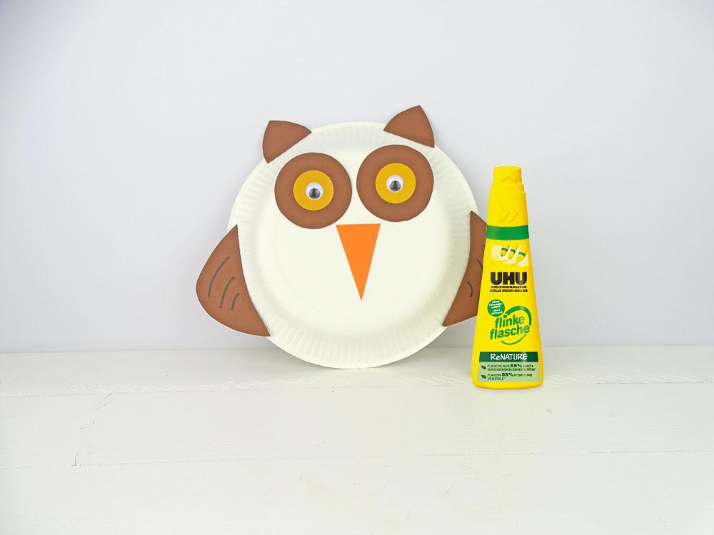 Tiermaske aus Pappteller basteln - Uhu mit flinke flasche